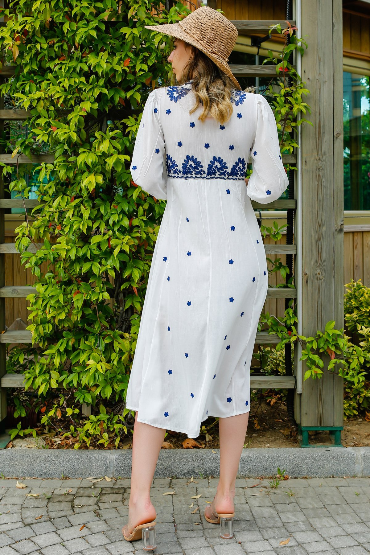 Nakış İşlemeli Elbise